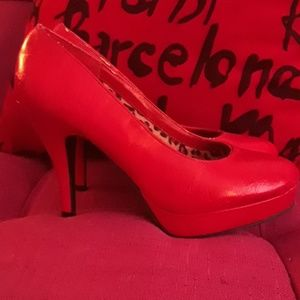 Kenneth Cole Unlisted red pumps